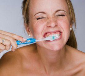 le-gengive-si-ritirano-attenzione-a-come-lavi-i-denti