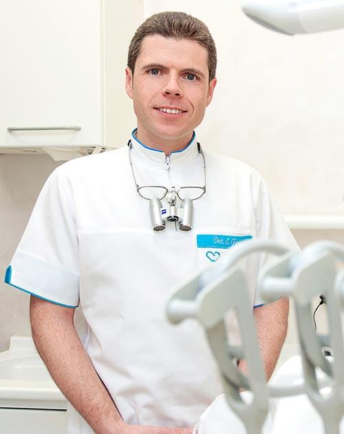 Dottore Ernesto Farina - Odontoiatra Specialista in Chirurgia Odontostomatologica, Parodontale e Ricostruttiva