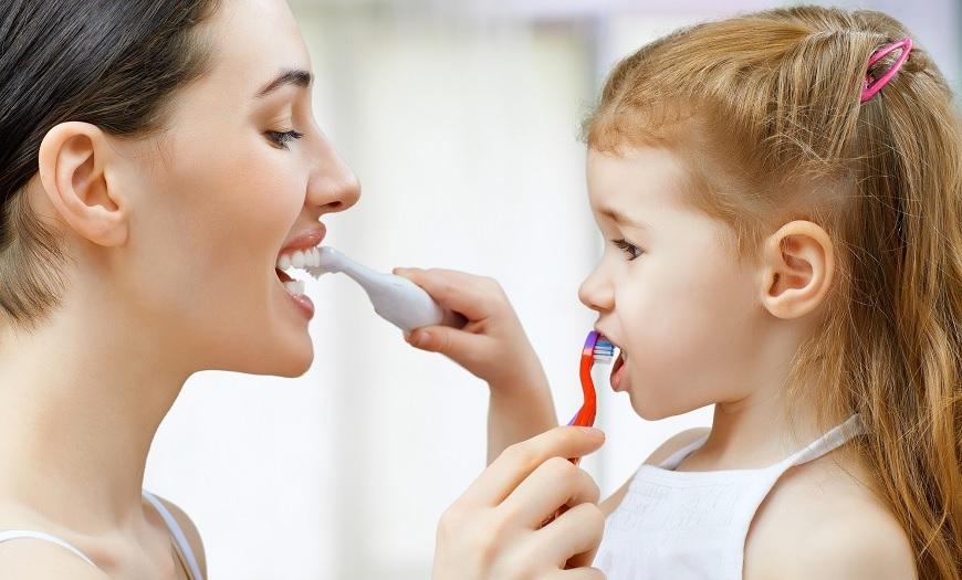 Come non lavarsi i denti. Alcuni errori molto comuni